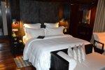 podwójne łóżko z czarno-białą pościelą