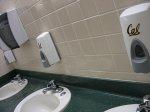 dozowniki mydła w toalecie publicznej